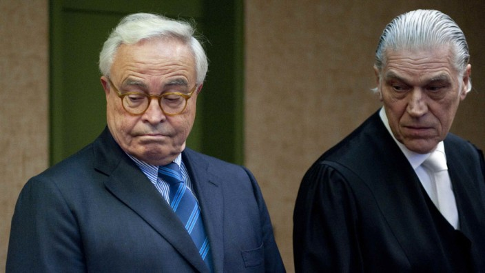 Former Deutsche Bank CEO Breuer and lawyer Thomas arrive in Munich courtroom