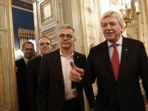 Al-Wazir und Bouffier auf dem Weg zur Unterzeichnung des schwarz-grünen Koalitionsvertrags.