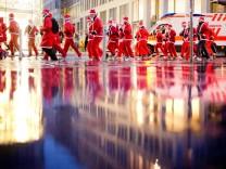 Weihnachtsmänner laufen durch Hannover