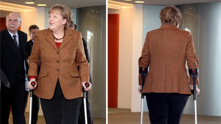 Angela Merkel mit Krücken