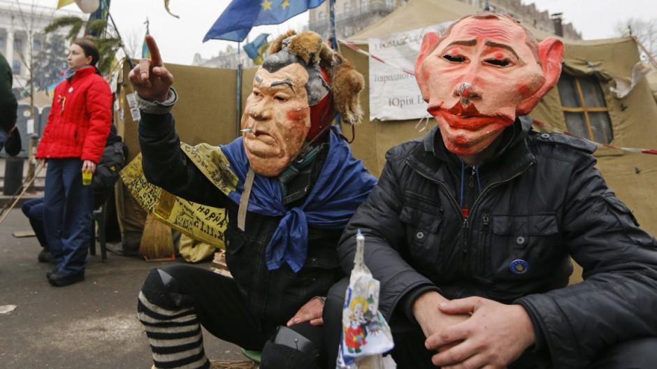 Demonstranten Kiew Ukraine Masken Janukowitsch Putin