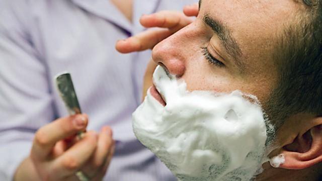 Mann lässt sich rasieren