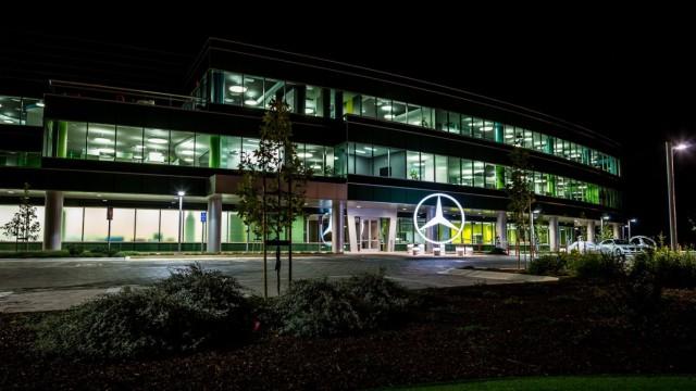 Das Mercedes-Forschungszentrum in Sunnyvale bei Nacht