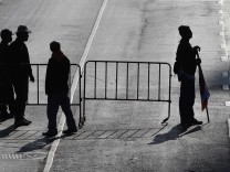 Regierungsgegner blockieren eine Straße in Bangkok