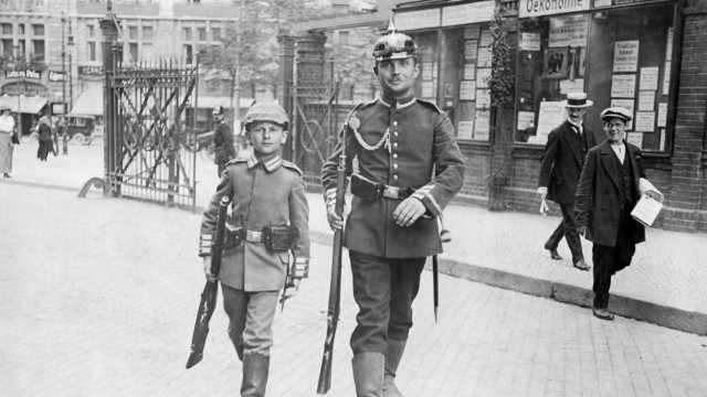 Junge und Gardesoldat in Berlin, 1914 | Boy and Guards soldier in Berlin, 1914