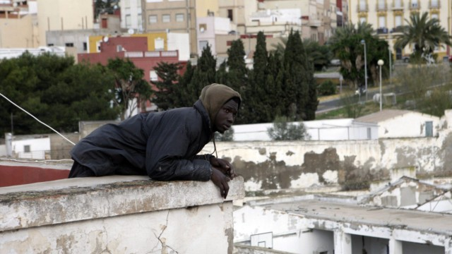 AT LEAST 60 IMMIGRANNTS JUMP THE BORDER FENCE IN MELILLA