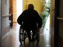 Mann im Pflegeheim