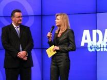 Moderatorin Nina Ruge (r.) und Dr. Karl Obermair, der Vorsitzende der Geschäftsführung des ADAC.