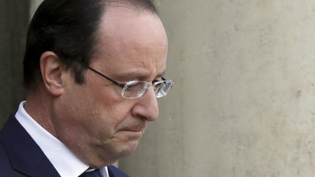 French President Hollande waits for guests at the Elysee Palace in Paris