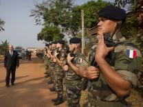 Frankreichs Verteidigungsminister Jean-Yves Le Drian in Zentralafrika