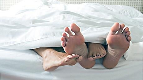 Paar liegt im Bett