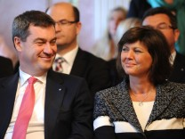 Ernnenungsurkunden an bayerische Minister übergeben