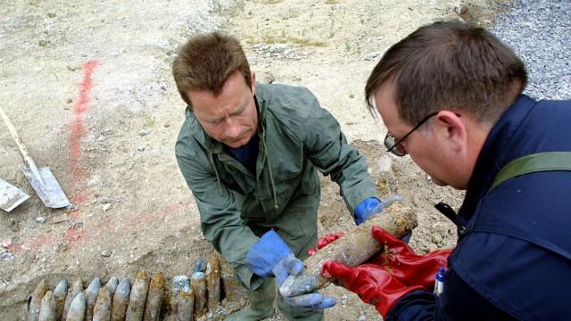 Bombenspezialisten beim Verladen von Kriegsmunition aus dem  Erster Weltkrieg in Chatelet sur Retourne