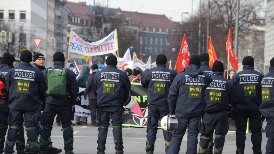 Polizisten bei Demonstration gegen 48. Sicherheitskonferenz in München, 2012