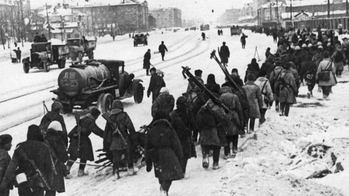 Leningrad während der deutschen Belagerung | Replacement Russian troops heading to the Front through the streets of the encircled city, during the siege of Leningrad, 1940s