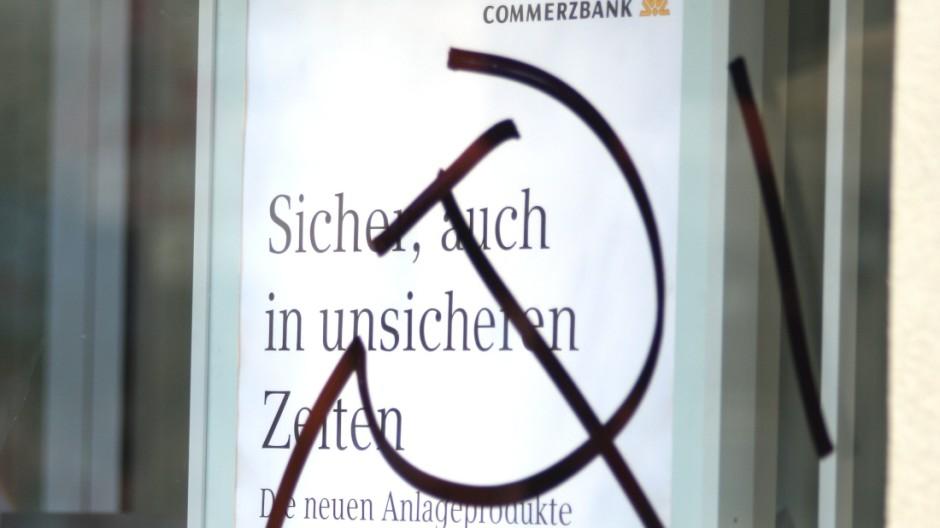 Hammer und Sichel auf dem Fenster einer Commerzbank-Filiale, 2009