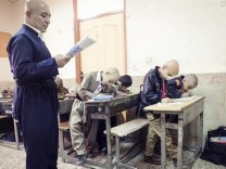 Ali Mohammadian and his pupils, who shaved their heads in solidarity with a bullied pupil; Ali Mohammadian, Lehrer, Iran