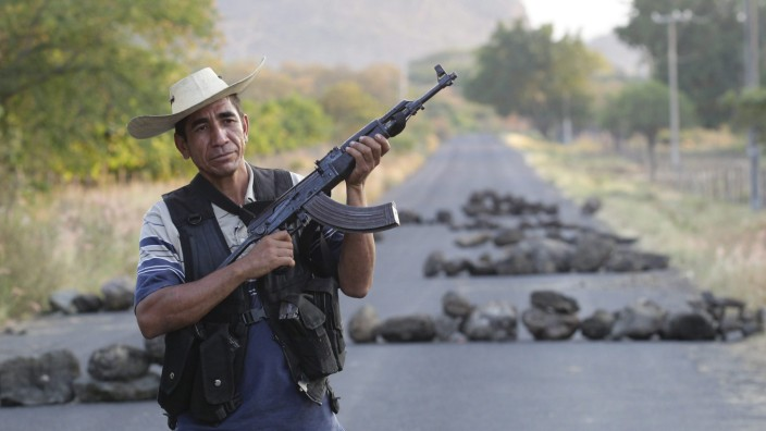 Self-defence group control access to Las Huertas as they wait the