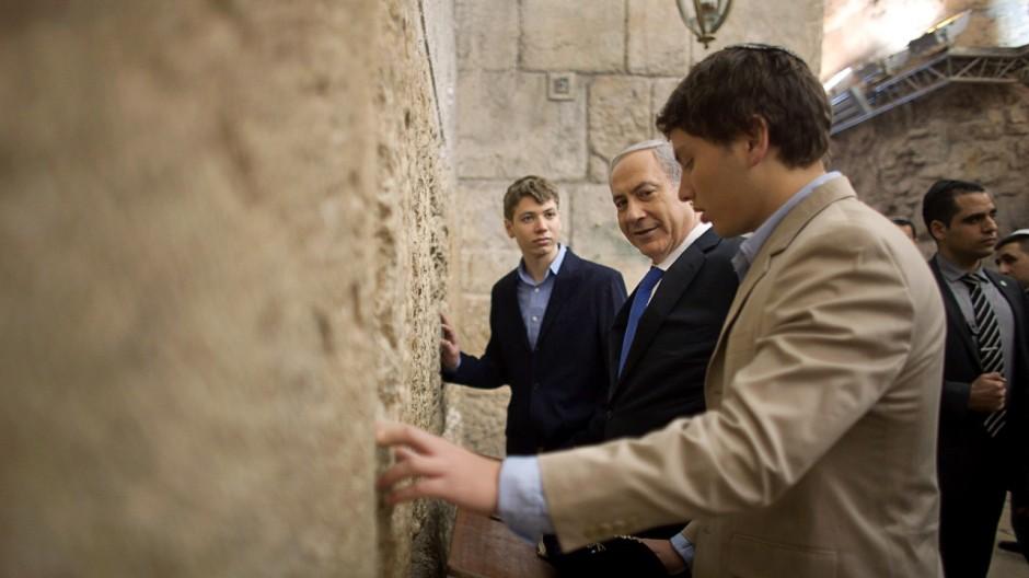 Yair Netanjahu (mitte) und sein Vater Bejamin