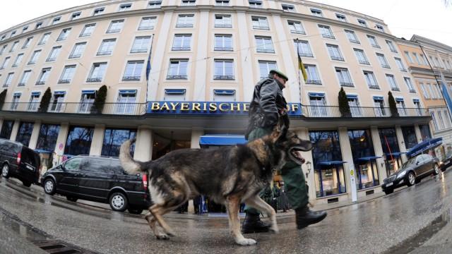 Ein Polizeihund bei der Arbeit bei der Münchner Sicherheitskonferenz.