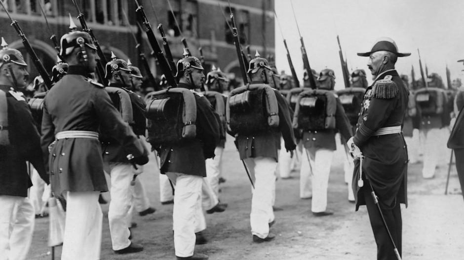 Kaiser Wilhelm II. nimmt in Lübeck eine Parade ab, 1913