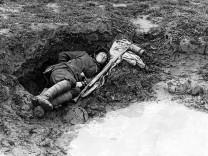 Rast in einem Granattrichter, 1917