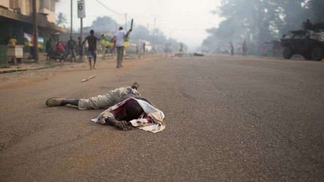 The dead body of a Muslim man lies on the road in the 5th Arrondissement of Bangui