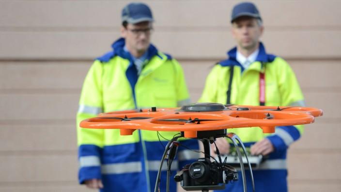 Drohnen überprüfen Stromleitungen