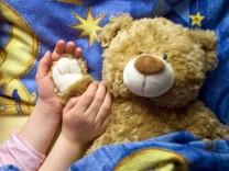 Kind mit Kuschelteddy