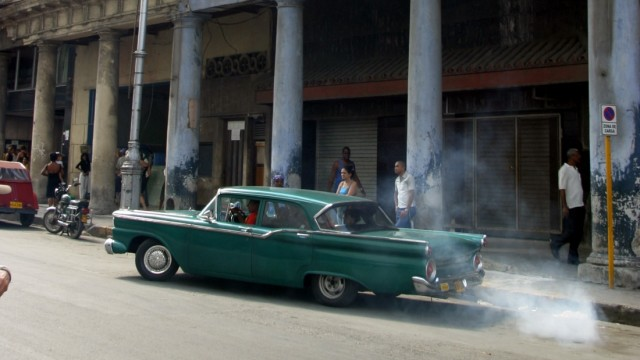 Ein qualmender Oldtimer auf Kuba