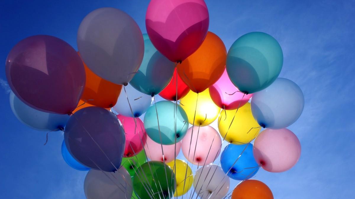 Luftballons knallen lassen. Oben ohne Luftballons platzen