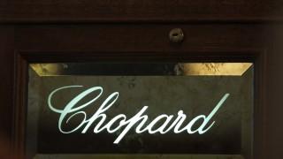 Mit einer Axt und einem Vorschlaghammer haben Diebe die Eingangstür zum Juwelier Chopard eingeschlagen.