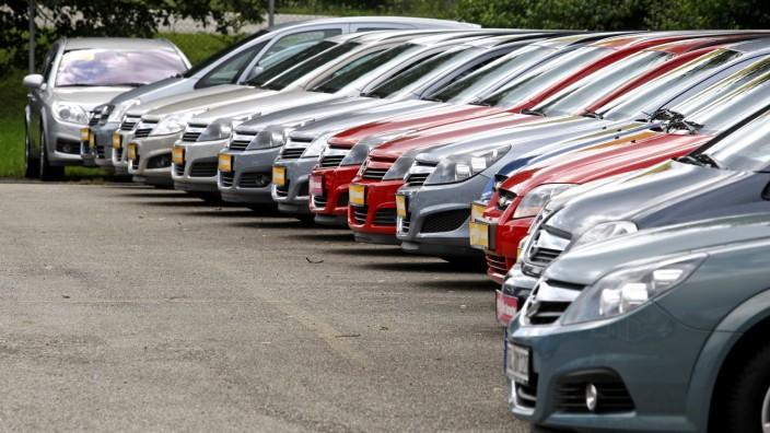 Eine Reihe von Autos
