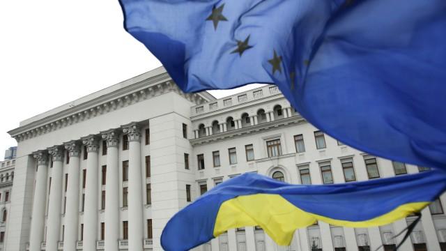 Flaggen der EU und der Ukraine wehen in Kiew