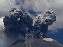 Schwarze Rauch- und Aschewolken über Vulkan Popocatépetl