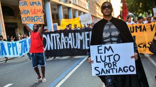 Demonstrant hält Schild hoch: In Trauer um Santiago