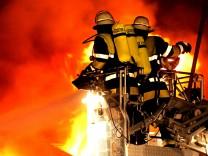Adelshofen: Grosseinsatz Feuerwehr / Brand Wohn- Geschaeftshaus (Schlossbreite 9)