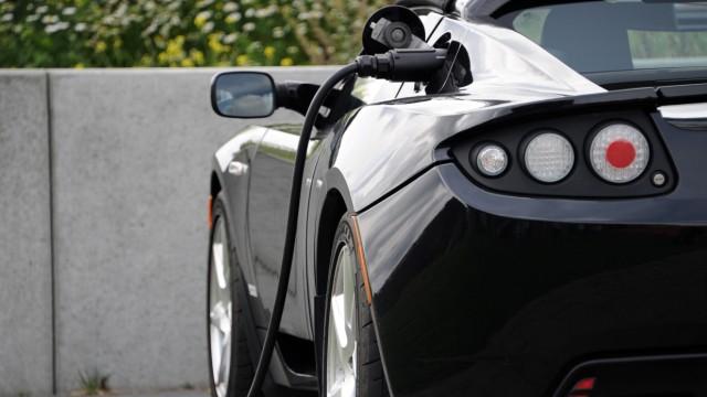 Elektroauto Tesla Roadster beim Aufladen