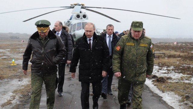 Russian President Vladimir Putin watches military exercises in Le