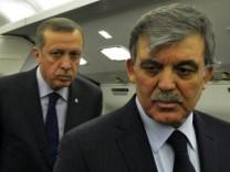 Präsident Gül (r.) hat Ermittlungen in der Korruptionsaffäre um Premier Erdogan (l.) eingeleitet.