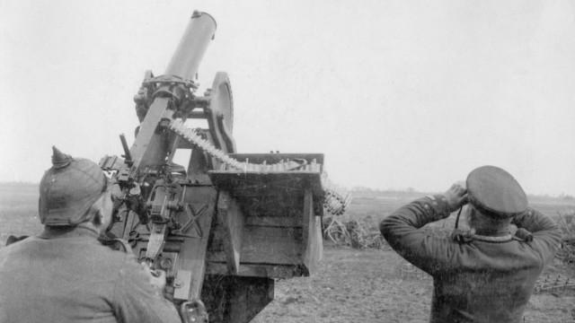 Deutsche Soldaten mit Maschinengewehr zur Luftwabwehr im Ersten Weltkrieg, 1915