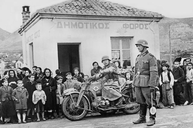 Deutsche Soldaten beim Vormarsch in Griechenland, 1941