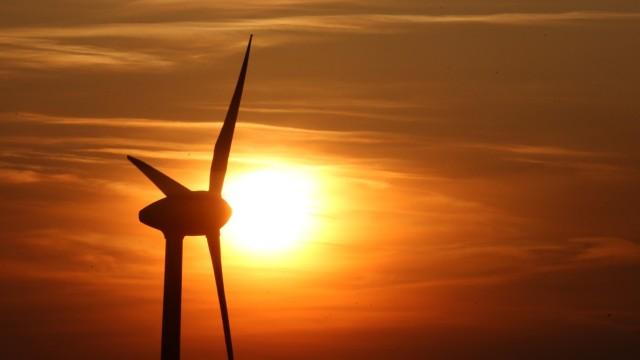Windkraft bei untergehender Sonne