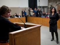 Katja Samuzewitsch von Pussy Riot in Milo Raus nachgestelltem Prozess.