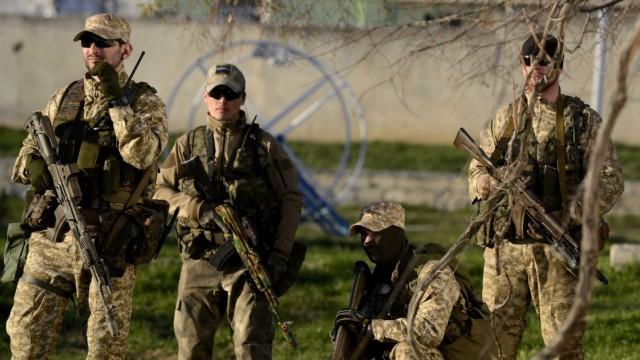 Crimea's self-defense units storm Belbek military base