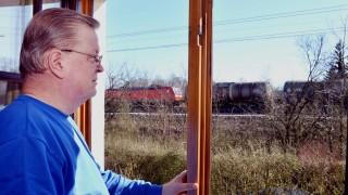 Bahngleis vor dem Fenster