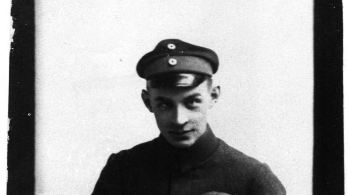 Erich Maria Remarque Anfang 1919 mit seinem Hund Erster Weltkrieg Im Westen nichts Neues