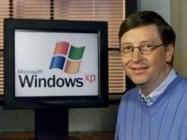BILL GATESNEXT TO WINDOWS XP SCREEN