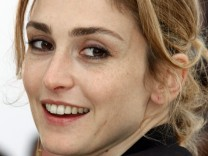 French actress Julie Gayet poses during a photocall at the 62nd Cannes Film Festival