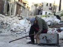 Verletzer Junge in der Altstadt der syrischen Stadt Aleppo